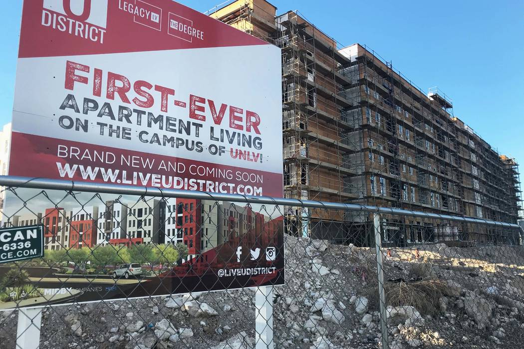 El sitio de un nuevo complejo de departamentos para estudiantes cerca de la UNLV el jueves 11 de enero. La construcción se detuvo en septiembre de 2017 y no se ha reanudado desde entonces. Natali ...