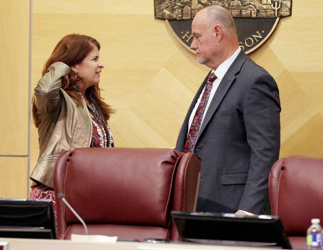 La Alcaldesa de Henderson, Debra March, a la izquierda, habla con el Asistente del Administrador de la Ciudad, Greg Blackburn, antes de una reunión del Concejo Municipal el 2 de enero. (K.M. Cann ...