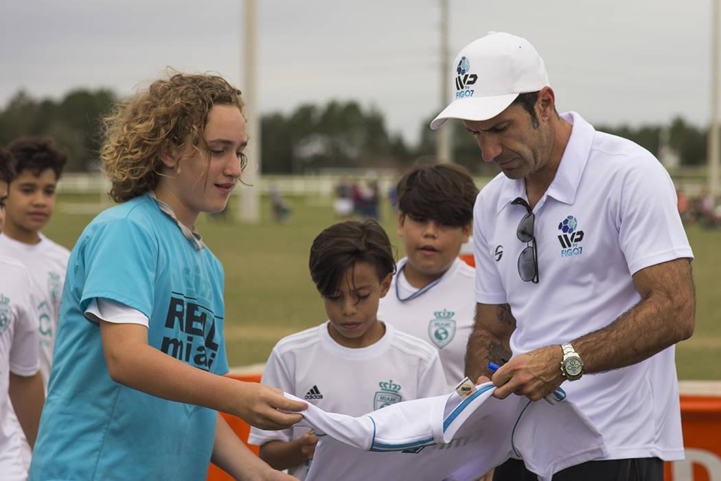 El ex-futbolista Luis Figo convive con niños participantes del torneo IVP 2017. [ Foto Cortesía IVP. ]
