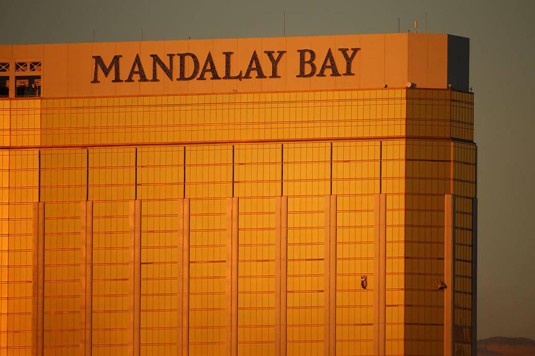 Dos ventanas rotas en el Mandalay Bay la mañana siguiente a un tiroteo masivo que dejó 58 muertos y más de 500 heridos en Las Vegas, el lunes 2 de octubre de 2017. (Joel Angel Juarez / Las Vega ...