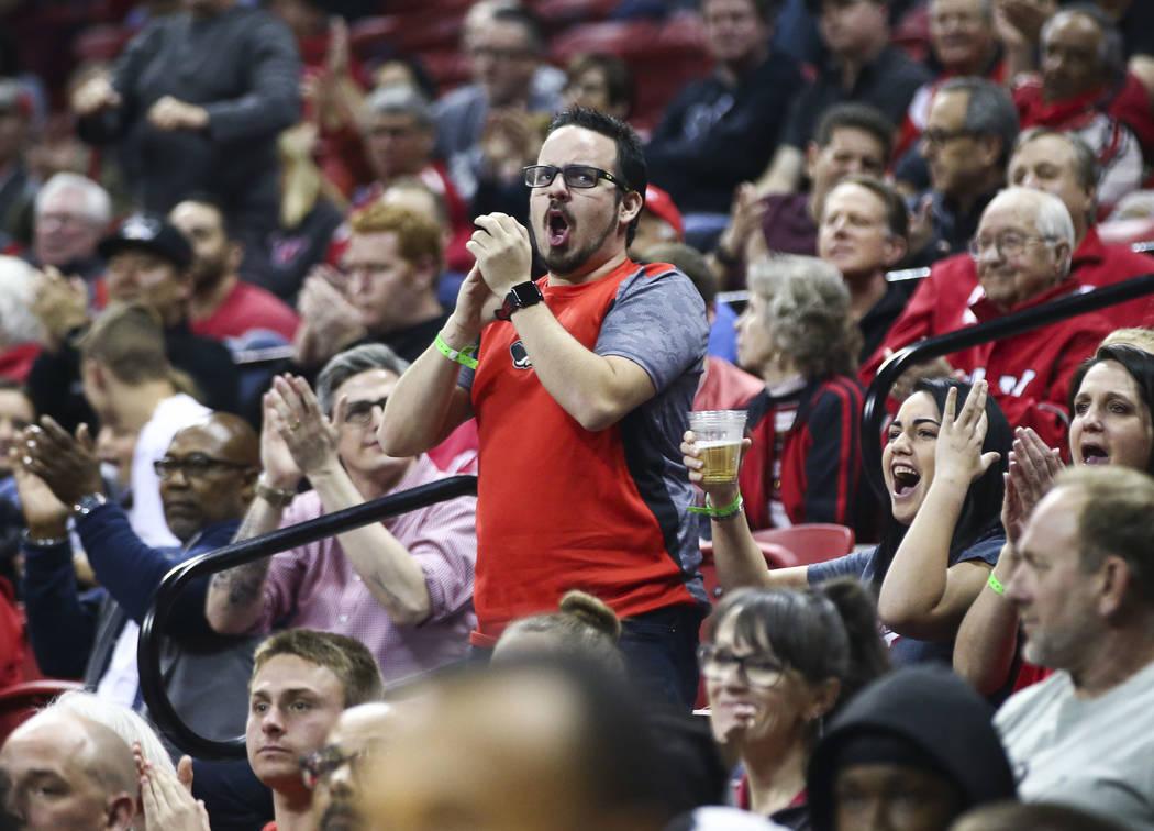 Un fanático de UNLV reacciona cuando los Rebels toman San Jose State durante un partido de baloncesto en el Thomas & Mack Center en Las Vegas el miércoles 31 de enero de 2018. Chase Stevens  ...