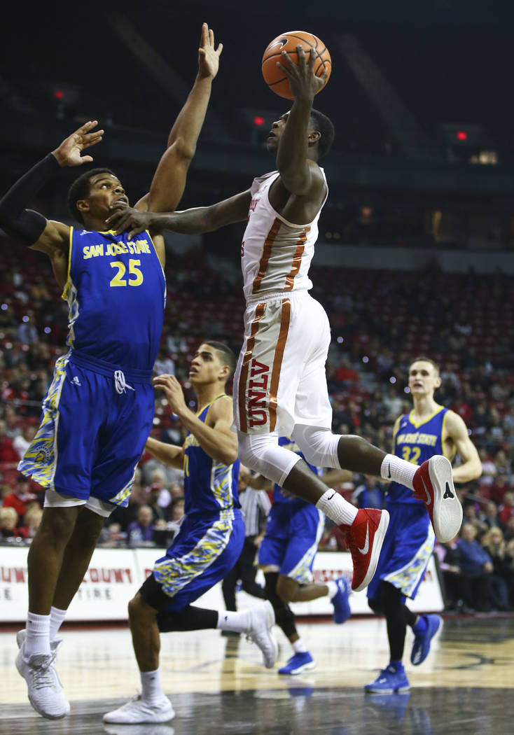 Base de UNLV Rebels Amauri Hardy (3) va a la canasta contra base de los Spartans de San José Jaycee Hillsman (25) durante un partido de baloncesto en el Thomas & Mack Center en Las Vegas el m ...