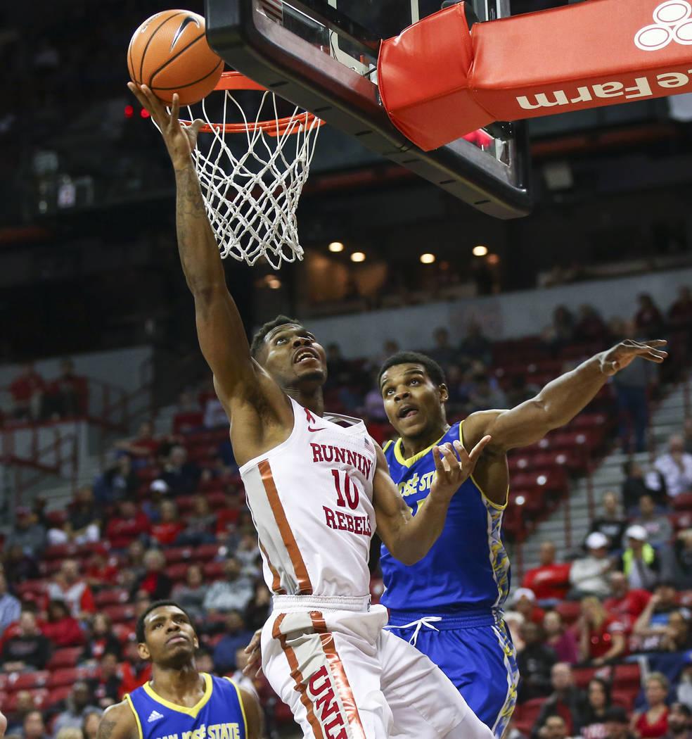 El alero de los Rebels de UNLV Shakur Juiston (10) va a la canasta contra base de los Spartans de San José Jaycee Hillsman (25) durante un partido de baloncesto en el Thomas & Mack Center en  ...