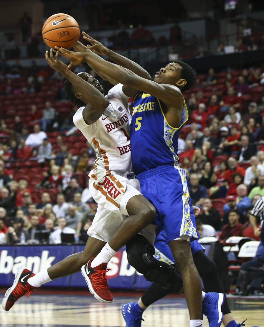 Base de UNLV Rebels Kris Clyburn (1) recibe una falta por parte del alero de Spartans del Estado de San José Keith Fisher III (5) durante un partido de baloncesto en el Thomas & Mack Center e ...