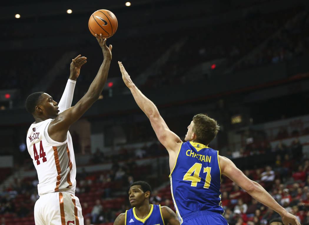 Alero de los Rebels de UNLV, Brandon McCoy (44) dispara sobre Ashtin Chastain (41), centro de Spartans de San José State, durante un partido de baloncesto en el Thomas & Mack Center en Las Ve ...