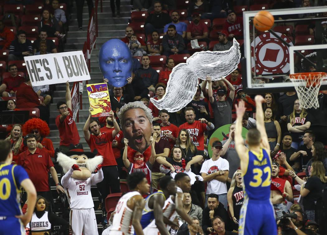 Los fanáticos de UNLV Rebels en la sección de estudiantes reaccionan cuando Ryan Welage (32) lanza un tiro libre durante un partido de baloncesto en el Thomas & Mack Center en Las Vegas el m ...