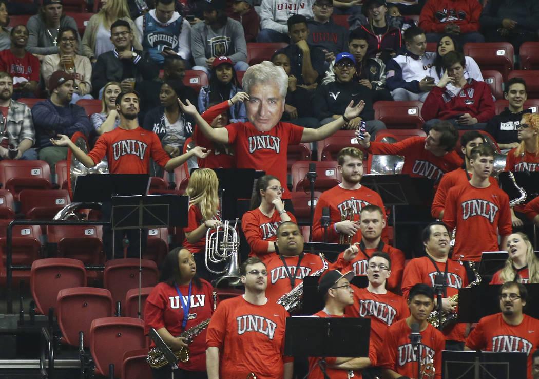 Miembros de la banda de  UNLV reaccionan durante un juego de baloncesto contra los Spartans de San José State en el Thomas & Mack Center en Las Vegas el miércoles 31 de enero de 2018. Chase  ...