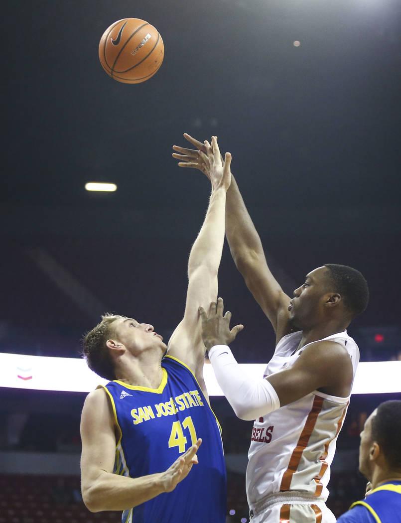 Alero de UNLV Rebels  Brandon McCoy (44) dispara sobre Ashtin Chastain (41), centro de los Spartans de San José State, durante un partido de baloncesto en el Thomas & Mack Center en Las Vegas ...