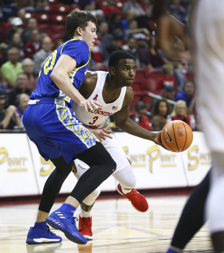 Base de UNLV Rebels Amauri Hardy (3) va contra base de los Spartans de San José State Noah Baumann (20) durante un partido de baloncesto en el Thomas & Mack Center en Las Vegas el miércoles  ...