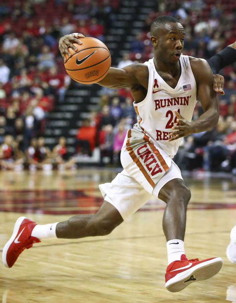 Base de UNLV Rebels, Jordan Johnson (24) conduce la pelota contra los San Jose State Spartans durante un partido de baloncesto en el Thomas & Mack Center en Las Vegas el miércoles 31 de enero ...