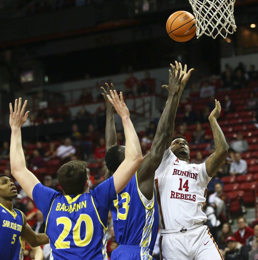 Rebel de UNLV, Tervell Beck (14) dispara para anotar contra los San José State Spartans durante un partido de baloncesto en el Thomas & Mack Center en Las Vegas el miércoles 31 de enero de 2 ...