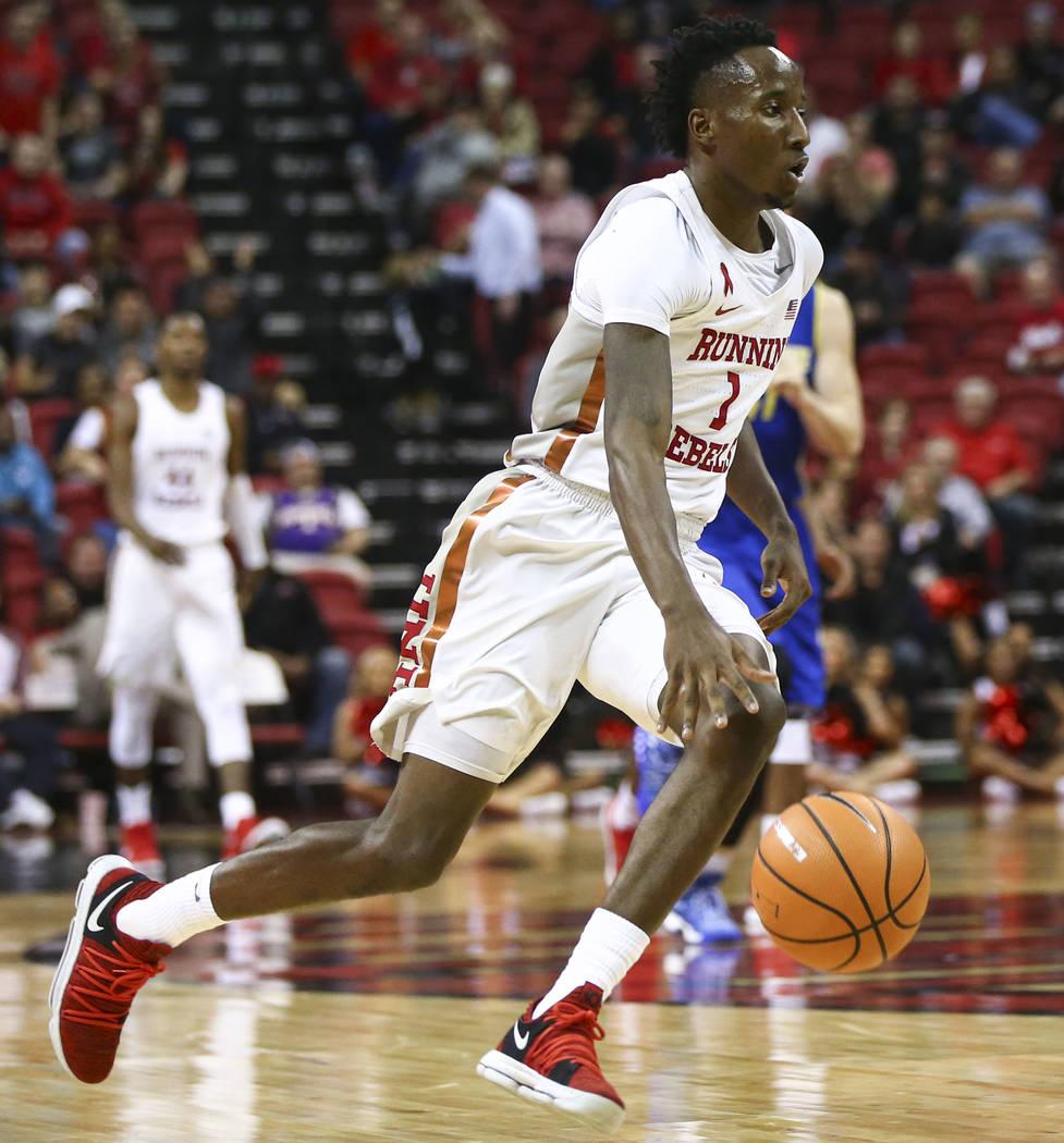 Base de UNLV Rebels Kris Clyburn (1) lleva la pelota a la cancha contra San José State durante un partido de baloncesto en el Thomas & Mack Center en Las Vegas el miércoles 31 de enero de 20 ...