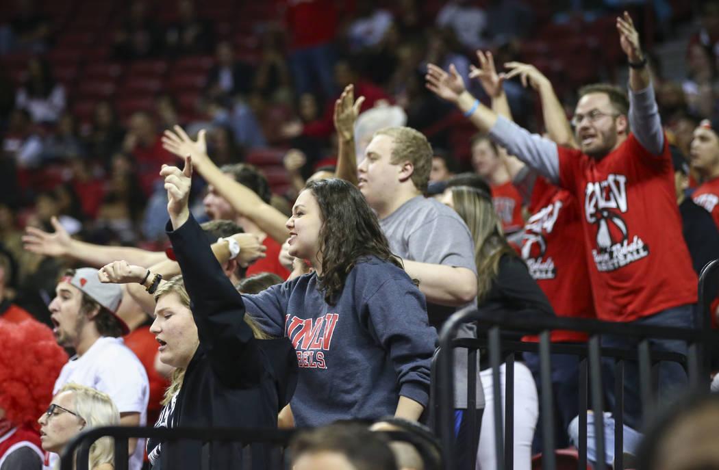 Los fanáticos de UNLV Rebels reaccionan a un llamado durante un partido de baloncesto contra los Spartans de San José State en el Centro Thomas & Mack en Las Vegas el miércoles 31 de enero  ...