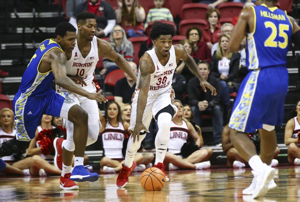 Base de UNLV Rebels Jovan Mooring (30) va contra San Jose State durante un partido de baloncesto en el Thomas & Mack Center en Las Vegas el miércoles 31 de enero de 2018. Chase Stevens Las Ve ...