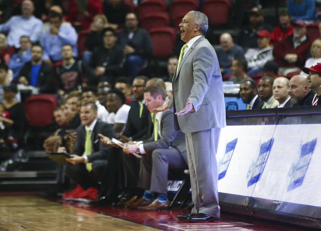 El entrenador en jefe de UNLV Rebels, Marvin Menzies, reacciona mientras su equipo juega contra San Jose State durante un partido de baloncesto en el Thomas & Mack Center en Las Vegas el miér ...