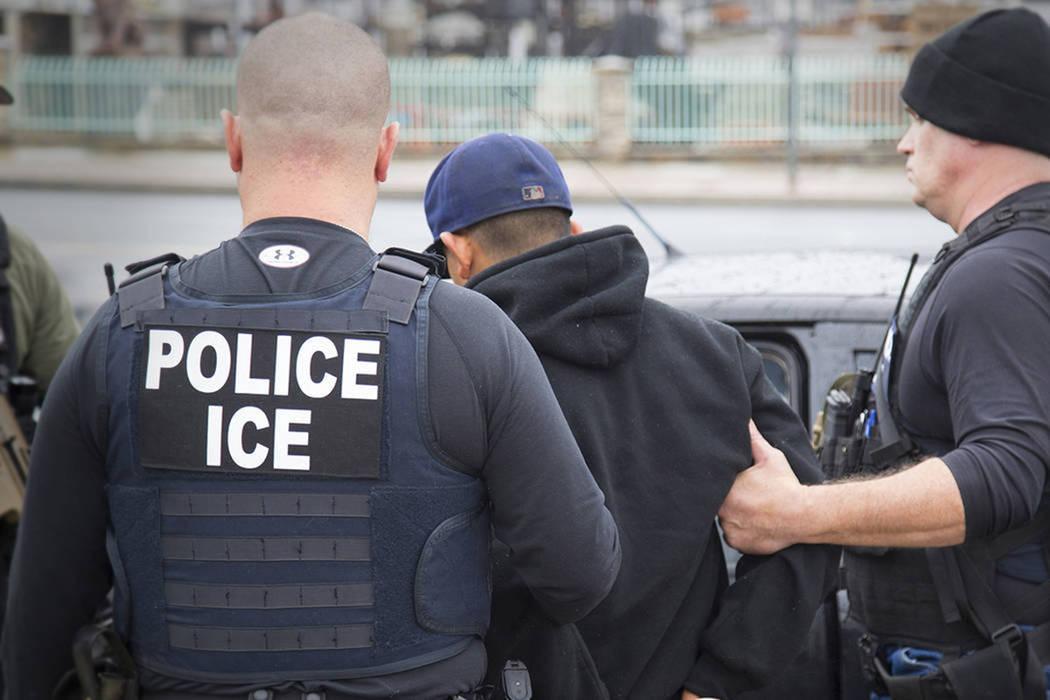 ARCHIVO.- Agentes de ICE durante una detención. [Foto AP]