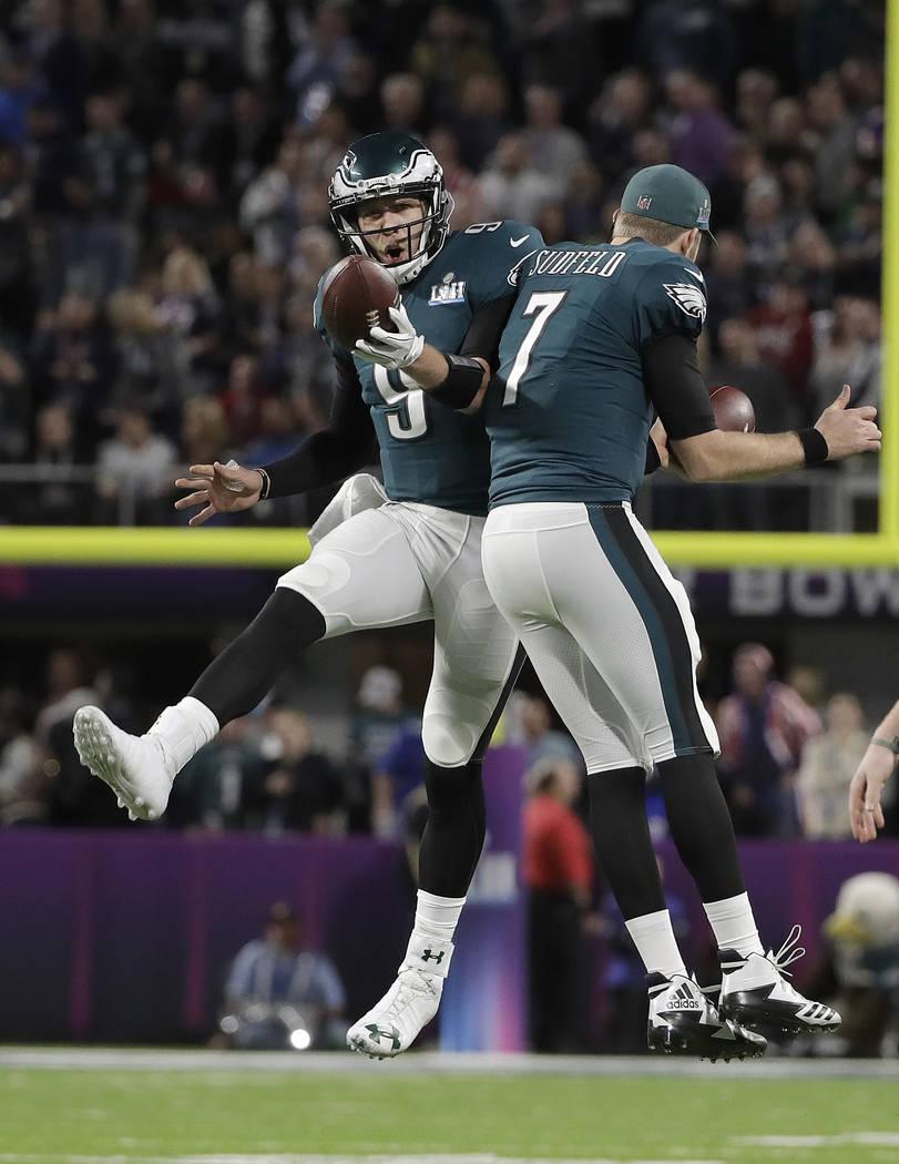 El mariscal de campo de los Philadelphia Eagles, Nick Foles, celebra su atrapada de touchdown con Nate Sudfeld (7) durante la primera mitad del partido de fútbol NFL Super Bowl 52 contra los New  ...