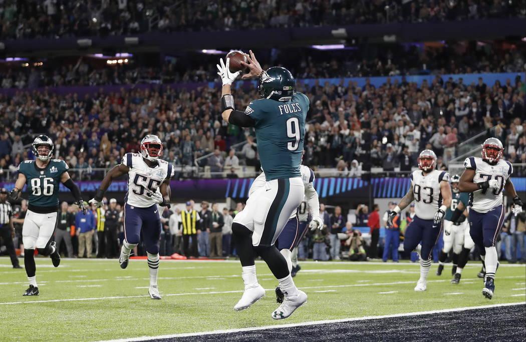 Nick Foles de los Philadelphia Eagles atrapa un pase de touchdown durante la primera mitad del partido de fútbol americano NFL Super Bowl 52 contra los New England Patriots el 4 de febrero de 201 ...