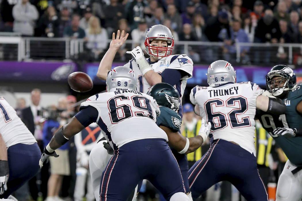 El mariscal de campo de los New England Patriots, Tom Brady, pierde el control luego de ser detenido por Brandon Graham de Philadelphia Eagles en el último cuarto en el Super Bowl 52 el domingo 4 ...