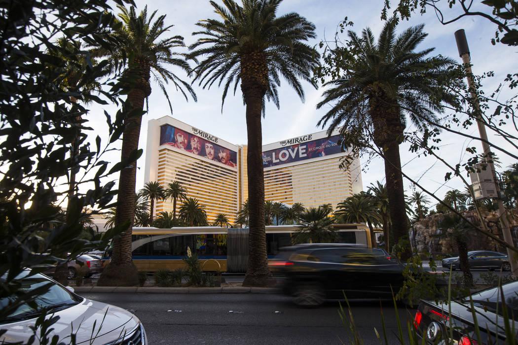 The Mirage mientras el tráfico pasa por Las Vegas Boulevard el sábado 3 de febrero de 2018. Chase Stevens Las Vegas Review-Journal @csstevensphoto