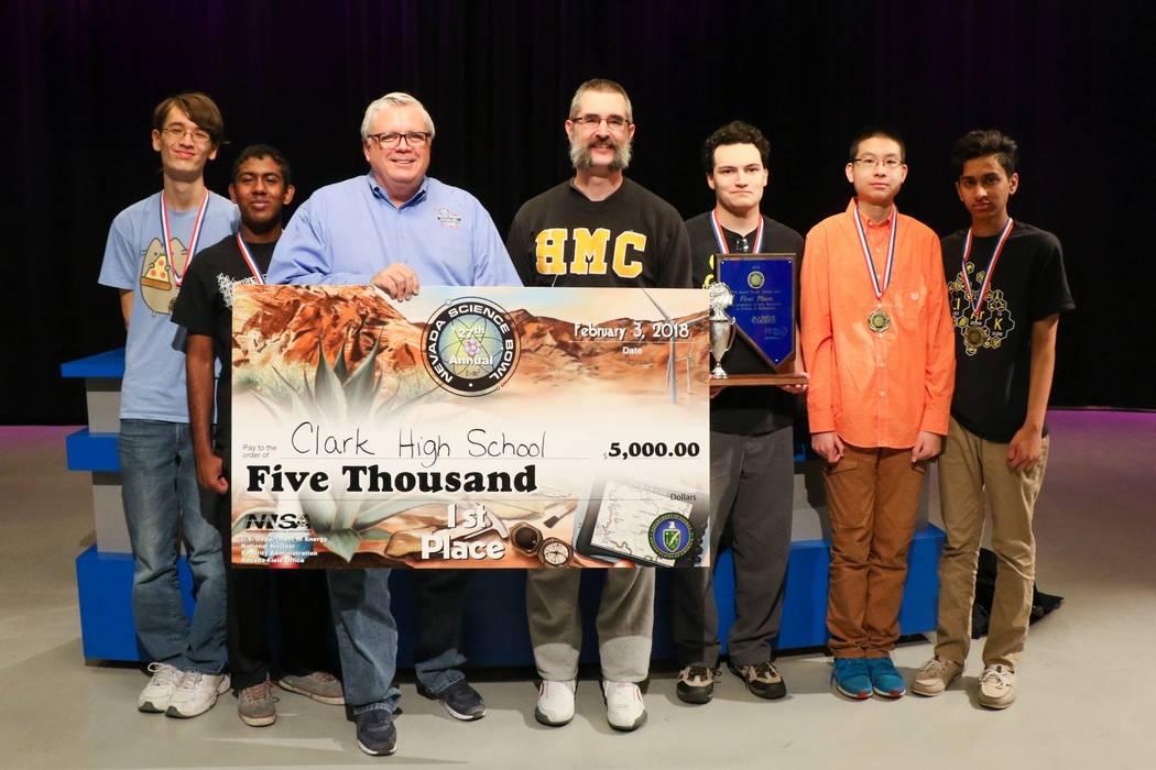 Miembros del equipo que ganaron el primer lugar en el Nevada Science Bowl, 3 de febrero de 2018. De izquierda a derecha: Alex Bean, Anish Kalakuntla, Darwin Morgan, director de asuntos públicos d ...