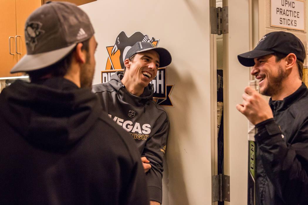 El portero del Golden Knights, Marc-Andre Fleury, en el centro, visita a los miembros de su antiguo equipo, los Pittsburgh Penguins, en Pittsburgh el martes 6 de febrero de 2018. (Pittsburgh Pengu ...
