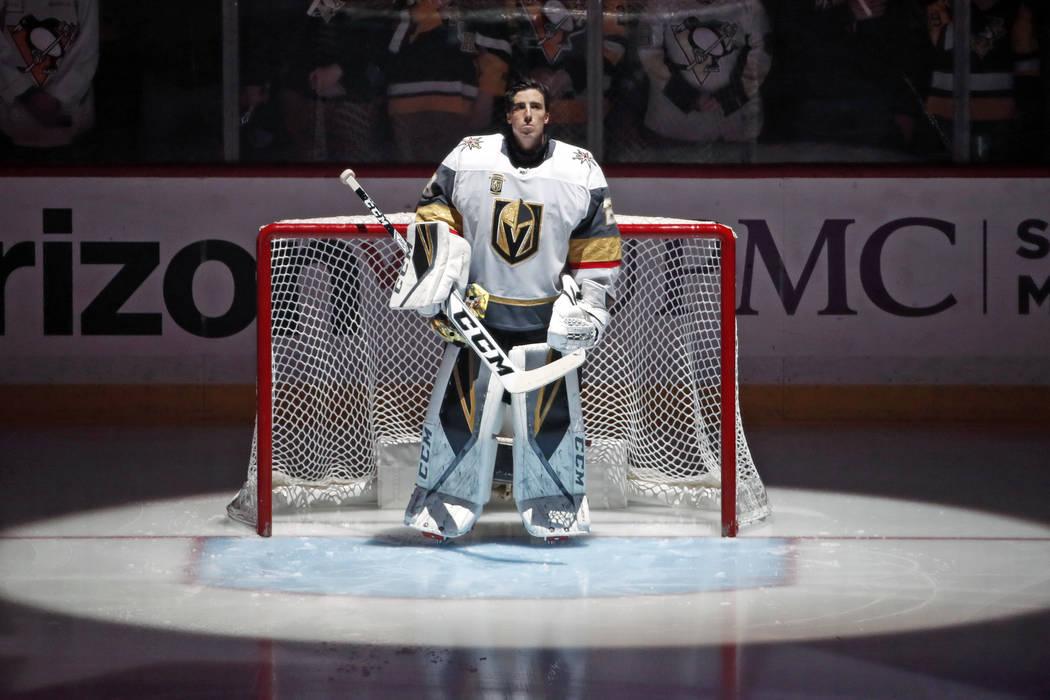 El portero de Vegas Golden Knights Marc-Andre Fleury presente durante el himno nacional antes del partido de hockey de la NHL contra su antiguo equipo, los Pittsburgh Penguins, en Pittsburgh el ma ...