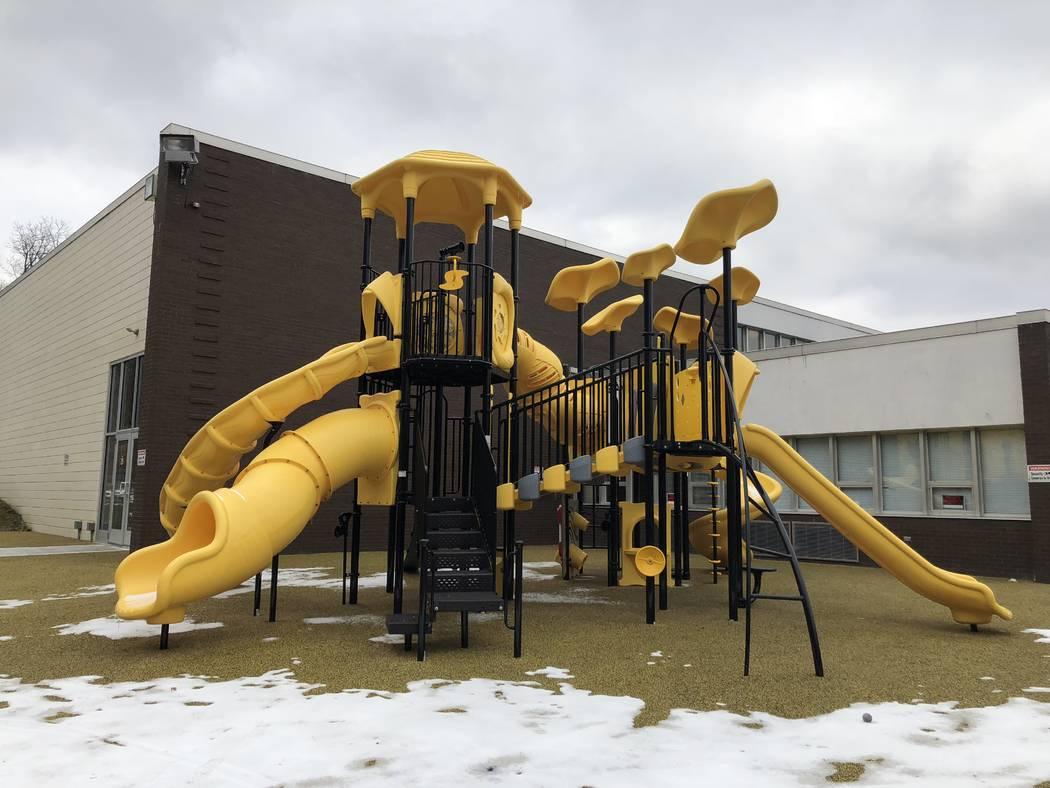 Se ve un patio de recreo en el Club de Niños y Niñas Sto-Ken-Rox en McKees Rock, Pa. El portero Marc-Andre Fleury de Golden Knights ayudó al club a agregar el patio de juegos y otros elementos  ...