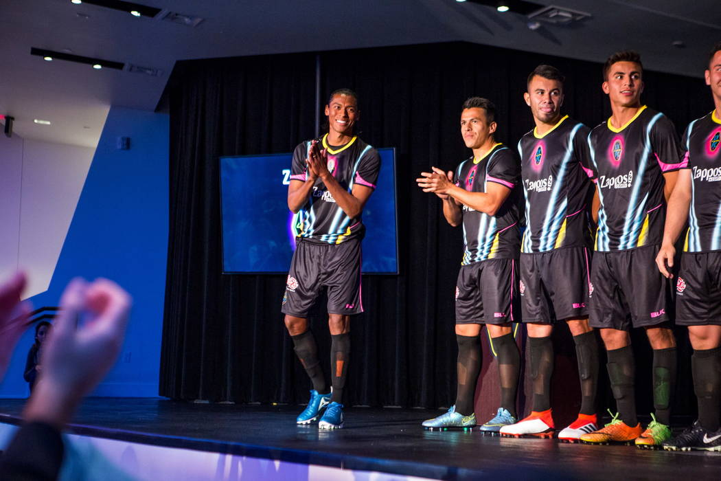 Joel Huiqui hace una aparición junto con otros jugadores durante la presentación de las camisetas para el equipo de fútbol Las Vegas Lights FC en el campus de Zappos Downtown en Las Vegas Boule ...