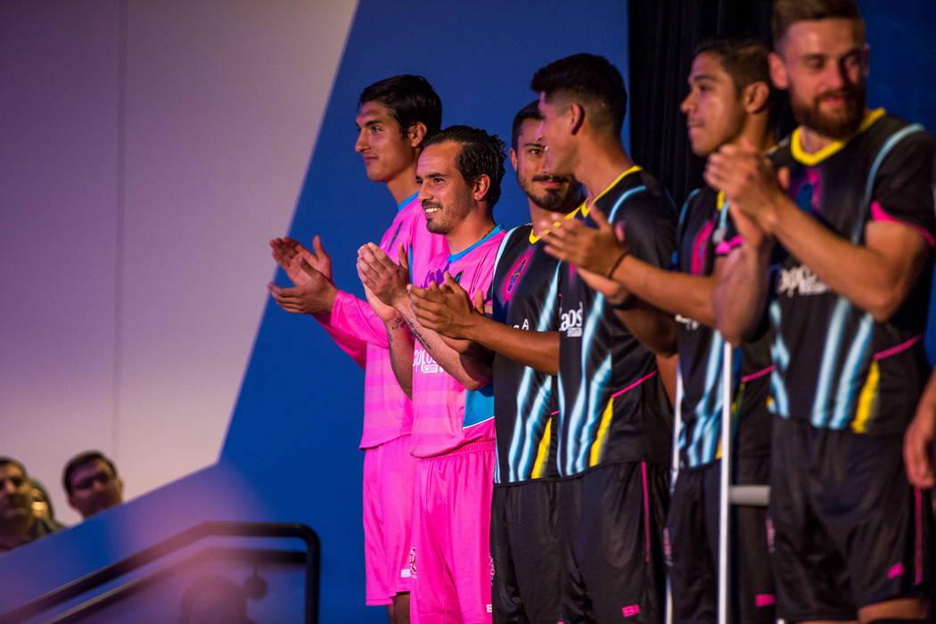 Los jugadores de fútbol de Las Vegas Lights FC lucirán sus nuevas camisetas, incluyendo las camisetas rosadas del portero, en el campus de Zappos Downtown en Las Vegas Boulevard el miércoles 7  ...