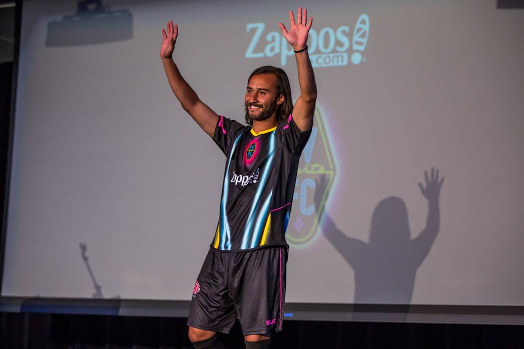 Isaac Diaz sale luciendo su nueva camiseta durante la revelación del nuevo jersey para el equipo de fútbol de Las Vegas Lights FC en el campus de Zappos Downtown en Las Vegas Boulevard el miérc ...