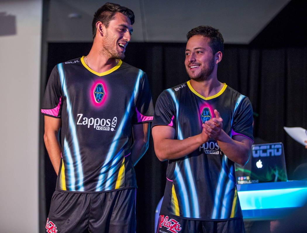 Los jugadores de fútbol de Las Vegas Lights FC lucirán sus nuevas camisetas en el campus de Zappos Downtown en Las Vegas Boulevard el miércoles 7 de febrero de 2018. Patrick Connolly Las Vegas  ...