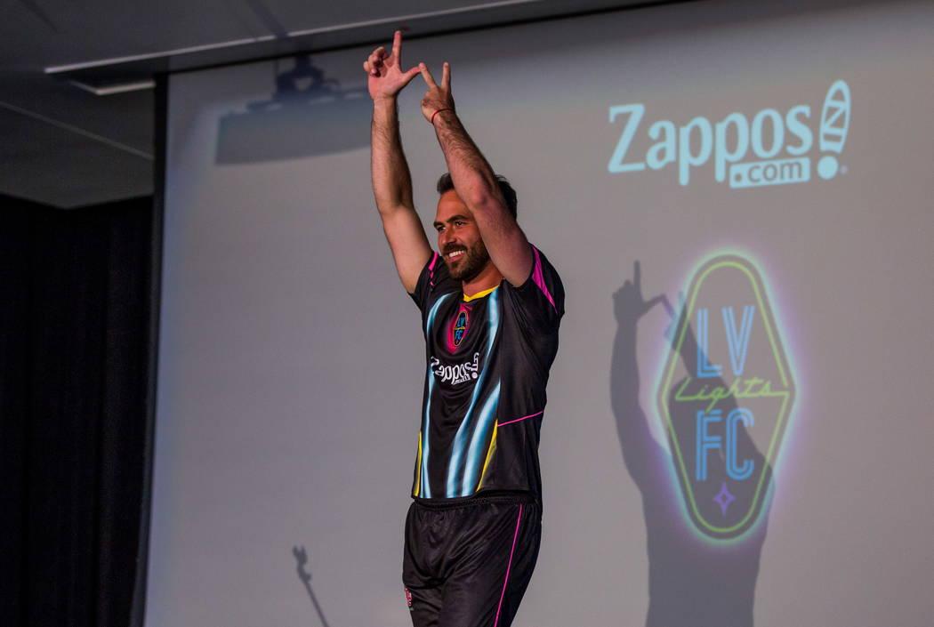 El jugador de fútbol de Las Vegas Lights FC: Juan Carlos García, hace su aparición luciendo su nueva camiseta en el campus de Zappos Downtown en Las Vegas Boulevard el miércoles 7 de febrero d ...