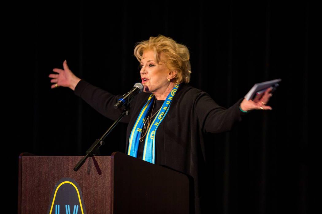 La Alcaldesa Carolyn Goodman habla durante la revelación de camisetas para el equipo de fútbol de Las Vegas Lights FC en el campus de Zappos Downtown en Las Vegas Boulevard el miércoles 7 de fe ...
