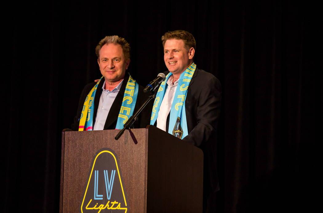 El propietario del equipo de fútbol Las Vegas Lights FC, Brett Lashbrook, presenta al gerente general de Findlay Toyota, John Barr, durante el evento de revelación de camisetas en el campus de Z ...