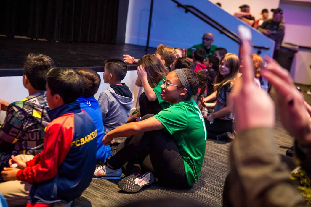 Jóvenes fanáticos se sientan cerca del escenario durante laa revelación del nuevo jersey para el equipo de fútbol de Las Vegas Lights FC en el campus de Zappos Downtown en Las Vegas Boulevard  ...