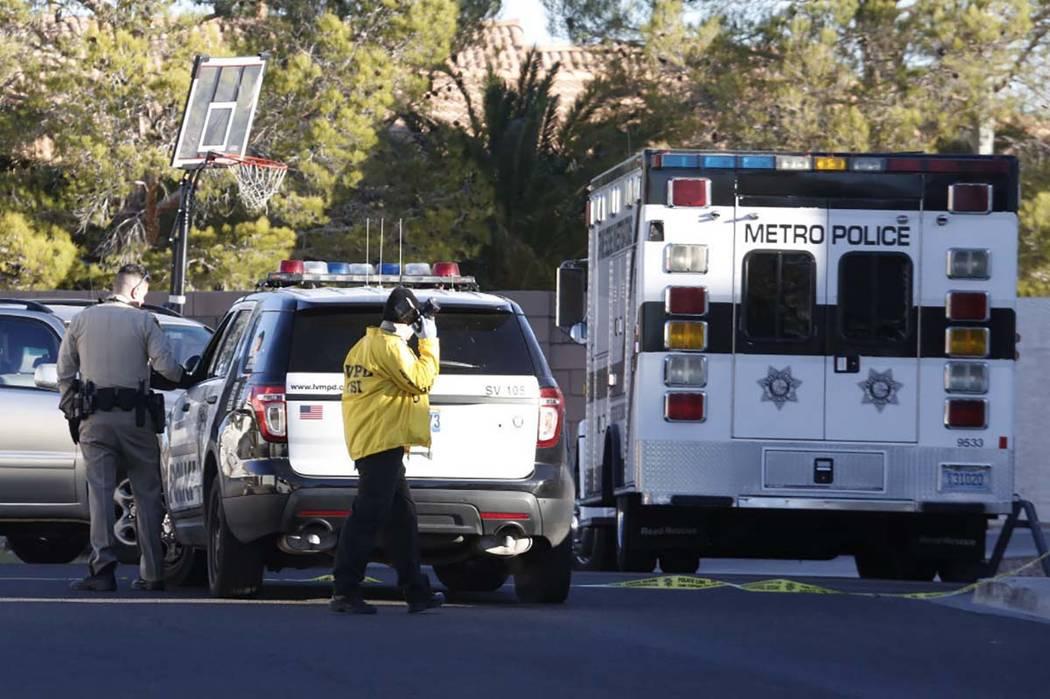 La policía de Las Vegas investiga el homicidio y secuestro en la cuadra 3300 de Robin Nest Court, cerca de la calle Desert Inn y Hualapai Way, el miércoles 7 de febrero de 2018 en Las Vegas. (Bi ...