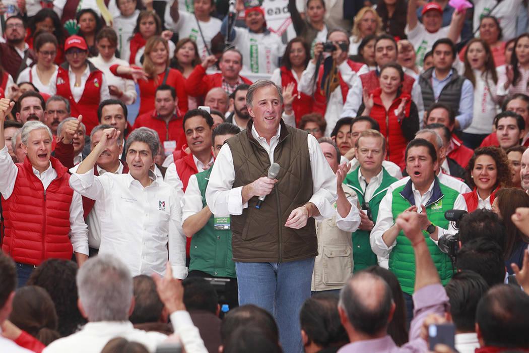 Acompañado por el dirigente del PRI, Ochoa Reza; del gobernador del Estado de México, Alfredo del Mazo, y de su esposa, Juana Cuevas, el precandidato del Partido Revolucionario Institucional a l ...