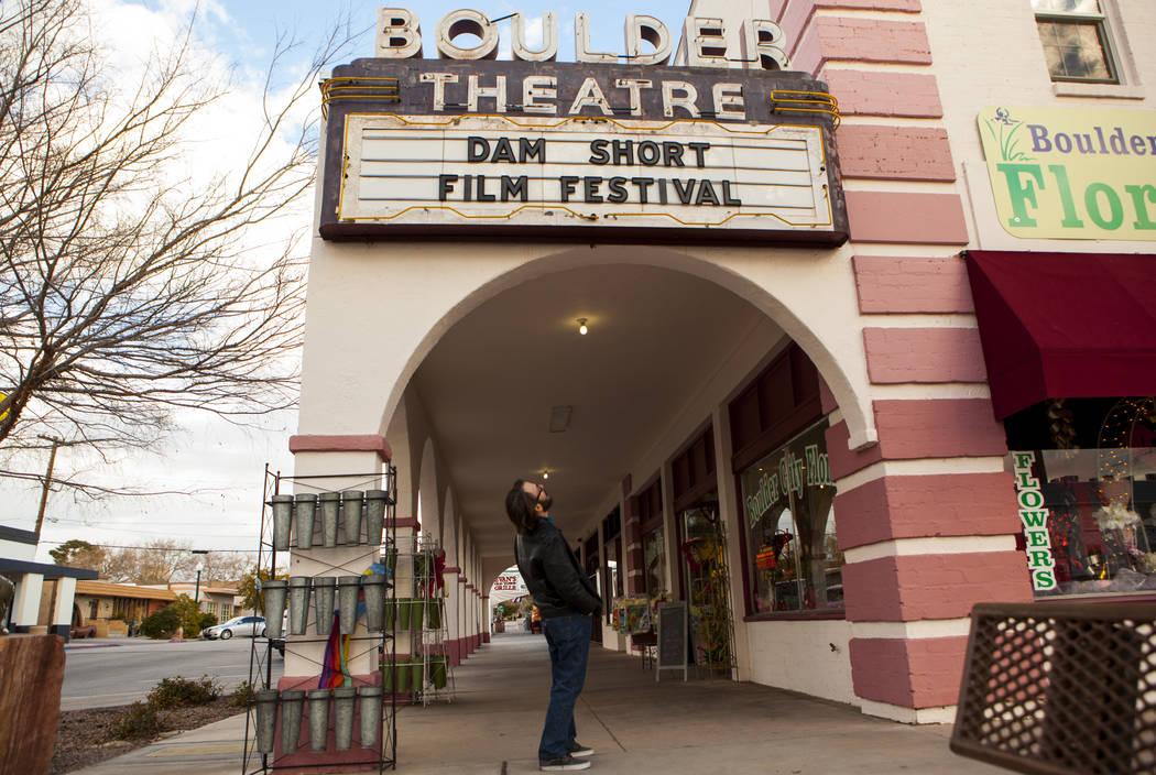 Lee Lanier, director ejecutivo y cofundador del Dam Short Film Festival, frente al Boulder Theatre en Boulder City el viernes 3 de febrero de 2017. (Miranda Alam / Las Vegas Review-Journal) @miran ...
