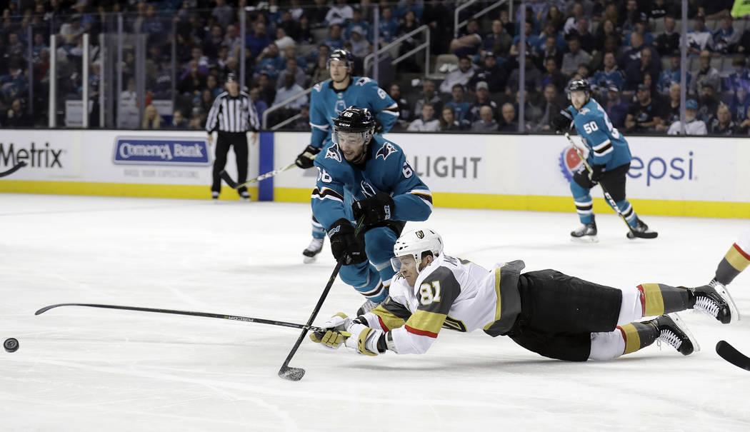 Jonathan Marchessault (81) de Vegas Golden Knights cae mientras alcanza el disco frente a Melker Karlsson de San José Sharks durante el primer periodo de un juego de hockey de la NHL el jueves 8  ...