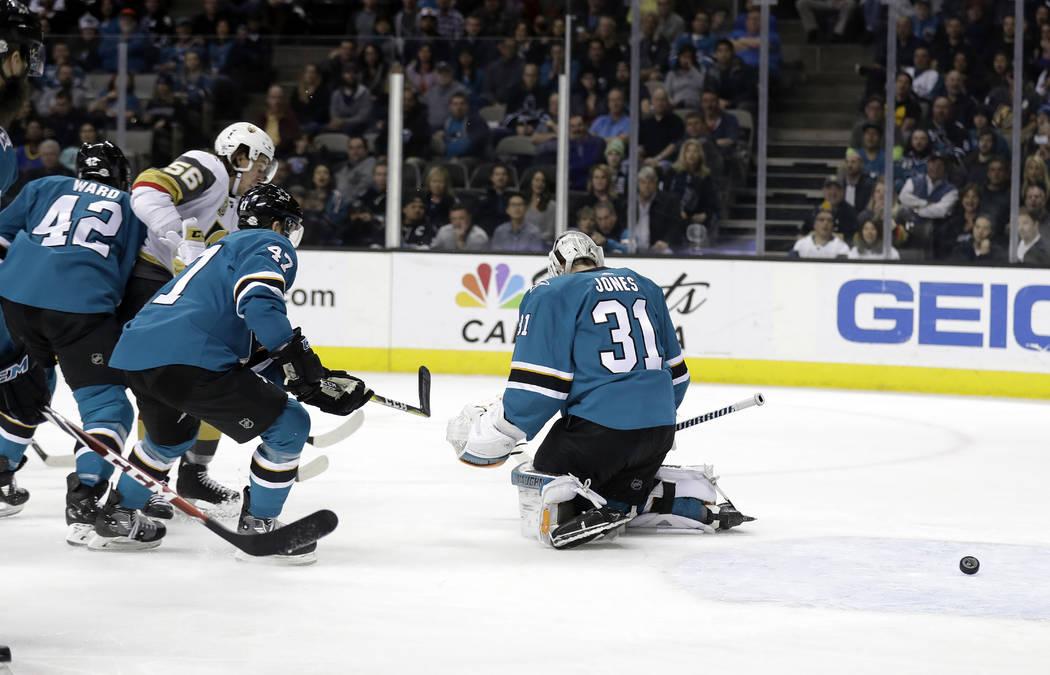 David Erik Haula, de Golden Golden Knights, segundo desde la izquierda, supera al portero de los Sharks de San José Martin Jones (31) durante el primer periodo de un juego de hockey de la NHL el  ...
