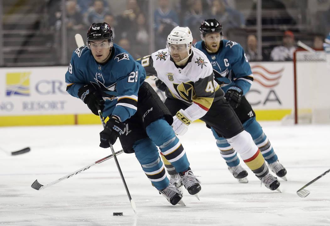 Timo Meier de San José Sharks, izquierda, pasa a Ryan Carpenter (40) de Vegas Golden Knights durante el segundo periodo de un partido de hockey de la NHL el jueves 8 de febrero de 2018 en San Jos ...