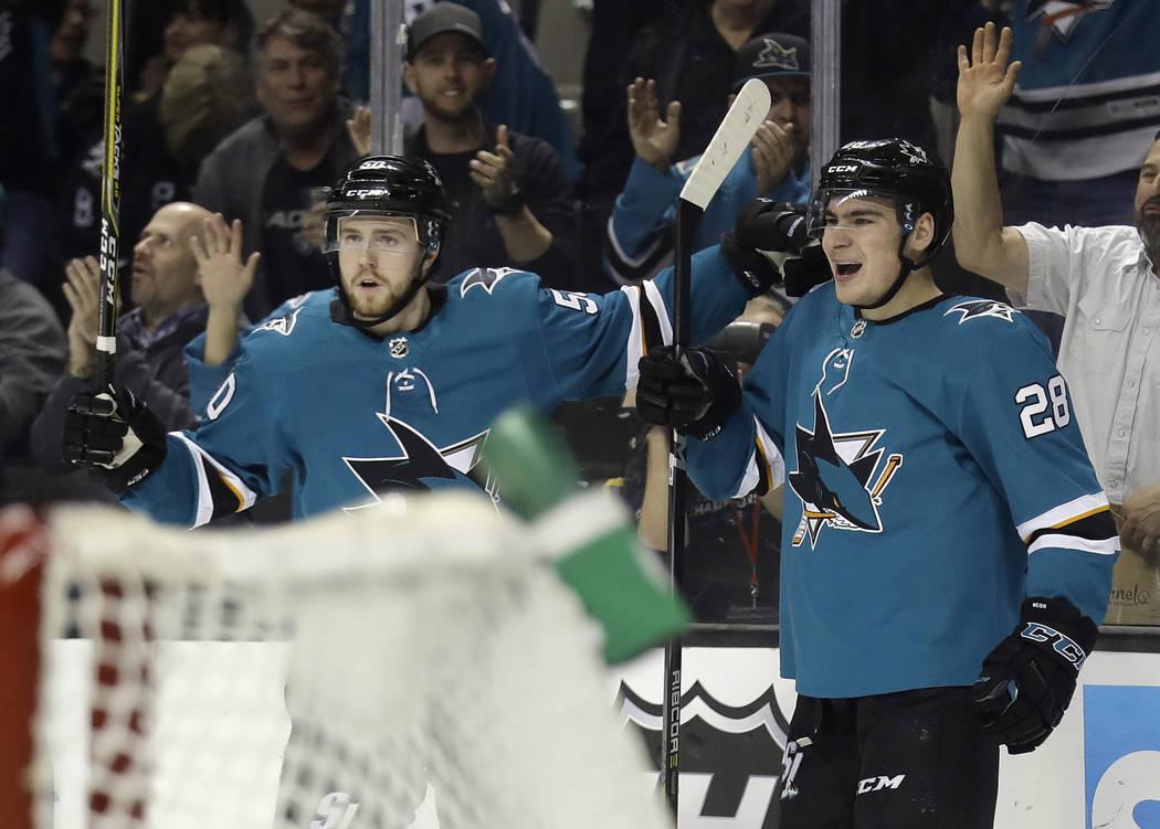 Timo Meier de San José Sharks, a la derecha, celebra su gol con su compañero de equipo Chris Tierney durante el segundo periodo de un juego de hockey de la NHL contra los Golden Knights de Vegas ...