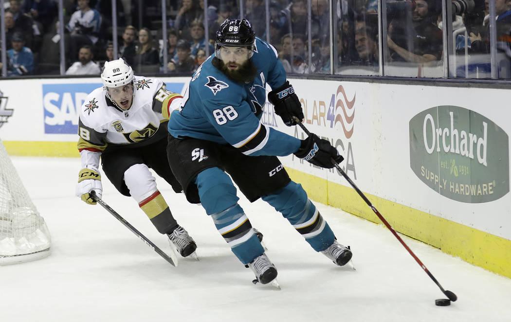 Brent Burns de San José Sharks, a la derecha, pasa a Nate Schmidt de Vegas Golden Knights durante el segundo periodo de un juego de hockey de la NHL el jueves 8 de febrero de 2018 en San José, C ...