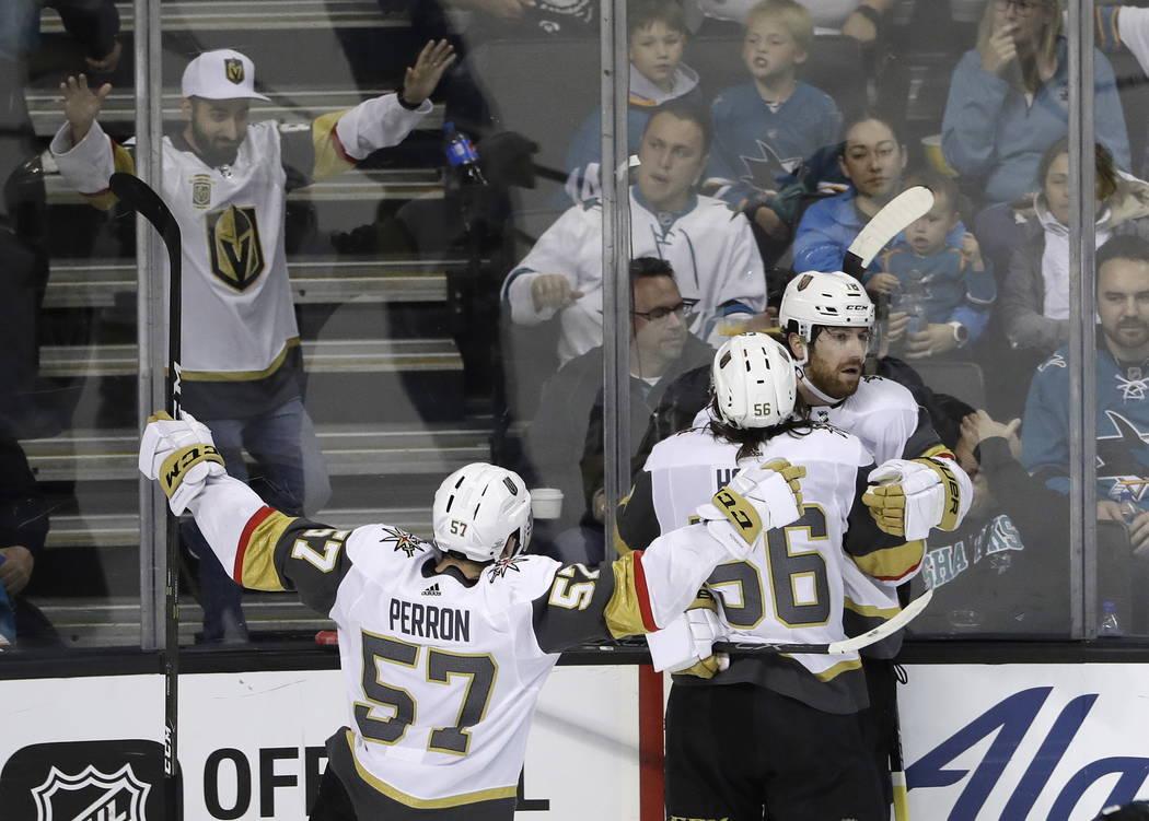 James Neal de Vegas Golden Knights, a la derecha, celebra su gol con sus compañeros Erik Haula (56) y David Perron (57) durante el tercer periodo de un juego de hockey de la NHL contra los San Jo ...