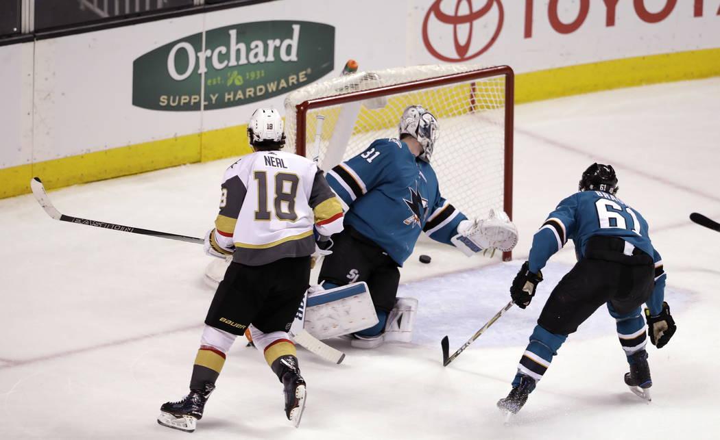 James Neal (18) de Vegas Golden Knights supera al portero de los Tiburones de San José Martin Jones, centro, durante el tercer periodo de un partido de hockey del NHL el jueves 8 de febrero de 20 ...