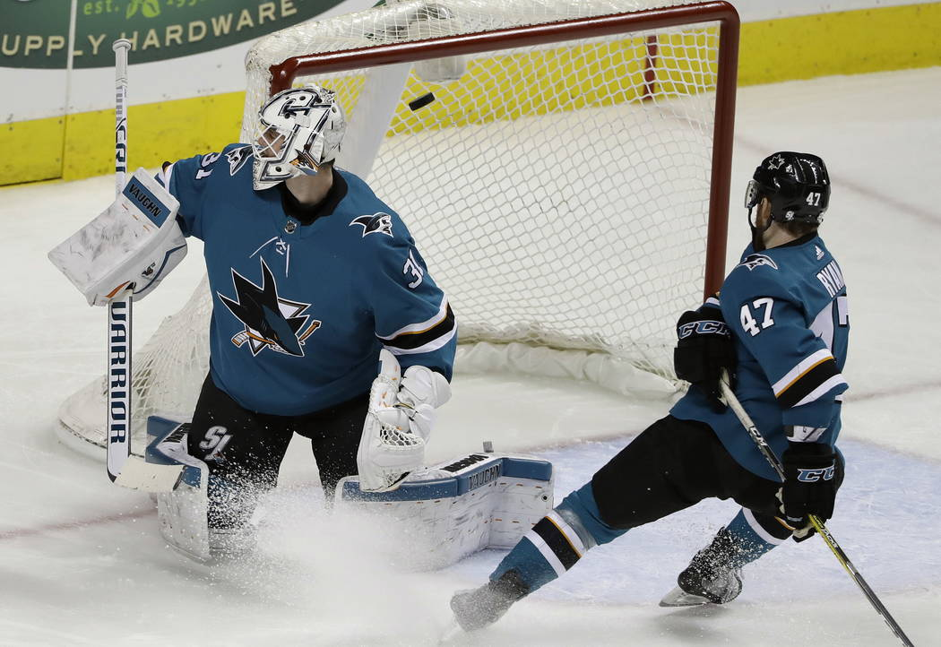 El portero de San José Sharks Martin Jones, izquierda, cede un gol al Brayden McNabb de Vegas Golden Knights, no visto, durante el tercer periodo de un partido de hockey de la NHL el jueves 8 de  ...