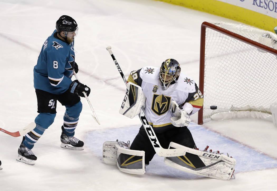 El portero de Vegas Golden Knights Marc-Andre Fleury, a la derecha, detiene un tiro al lado del centro Joe Pavelski de San José Sharks durante el tercer período de un juego de hockey NHL el juev ...