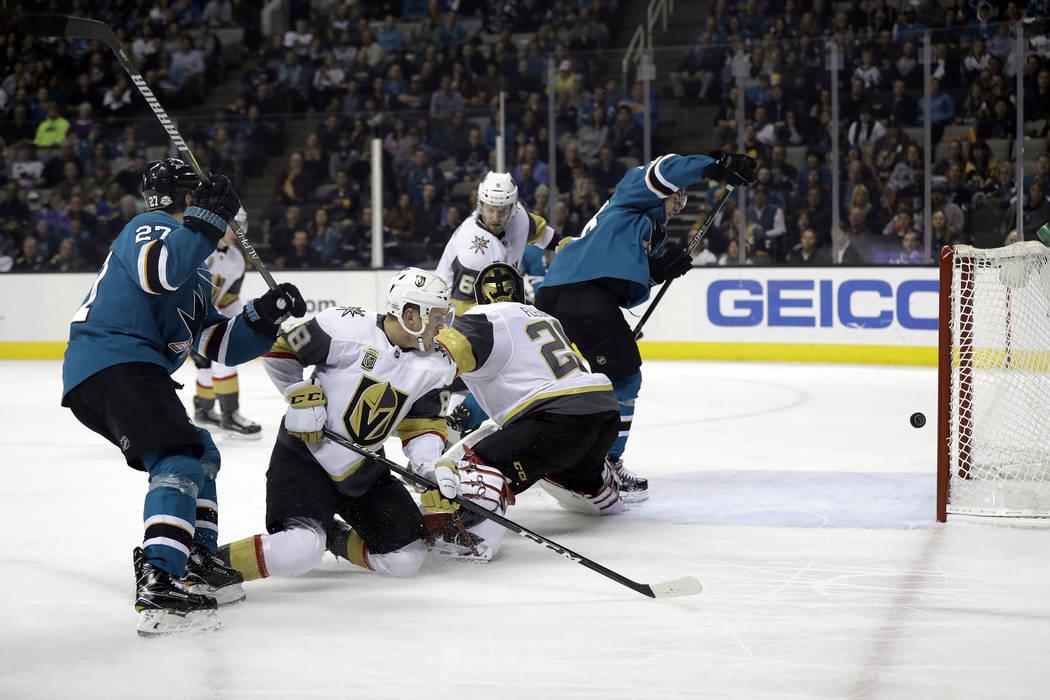 Timo Meier, de San José Sharks, a la derecha, anota contra el portero de Vegas Golden Knights Marc-Andre Fleury, junto a Meier, durante el segundo periodo de un partido de hockey de la NHL el jue ...