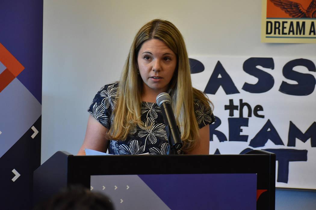 La representante de la congresista Dina Titus, Lisa Levine, explicó la forma en que su oficina trata de ayudar a la comunidad inmigrante. 8 de febrero del 2018 en UNLV. [Foto Anthony Avellaneda / ...